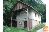 Starejša Zgradba Z Zemljiščem In Gozdom